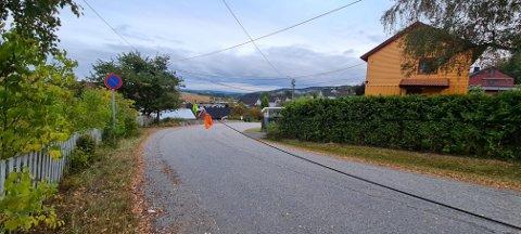 MERKET: Siden kabelen ligger i veibanen har naboene forsøkt å merke den, inntil noen kommer å fikser feilen.