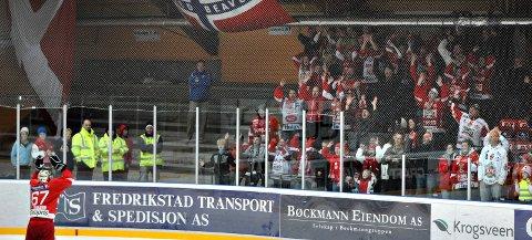 Herlig stemning: Red Beavers skapte en herlig ramme rundt Stjernens kamper på sitt beste. Her er det Henrik Höglund som blir hyllet etter en match. arkivfoto: geir a. Carlsson