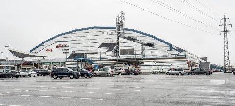Østfoldhallen: Butikkene i bunnen av hallen ligger fast, men hva skal skje i toppdelen? Nå er det lekeland og trampoline mot idrett og fotball.