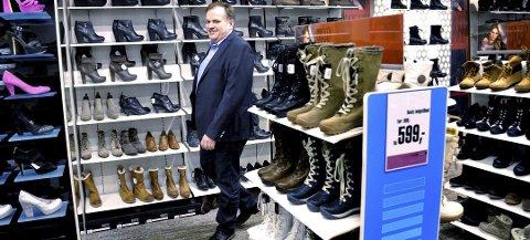 EIER: Thore Olaussen ser ingen grunn til å gjøre endringer på Eurosko-butikken på Sjøsiden, selv om bransjen har fått en koronasmell.