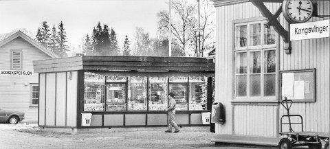 FØR: Slik så Narvesen-kiosken på Kongsvinger jernbanestasjon ut i begynnelsen av desember i 1980.