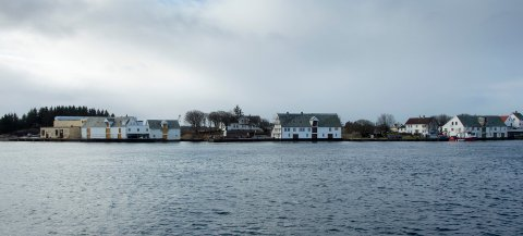 100215 Haugesund, Knutsenvilla på  Vibrandsøy sett fra Hasseløy ved Kystverket