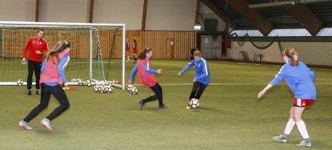 FORSVAR: Trener Kenneth Karlsen, som er soneansvarlig i Sandnessjøen, drillet jentene i forsvarsspill på den første økta søndag. Etterpå spilte jentene internkamper.