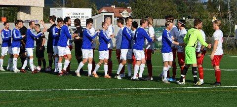 Når fotballsesongen i Norge starter opp skal ikke spillerne håndhilse før eller etter kampene. Arkivfoto
