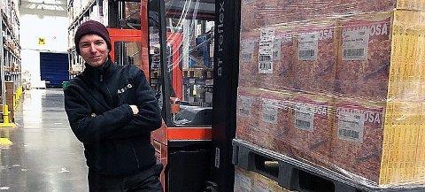 NY JOBB PÅ FÅ DAGER: Elias Lockert er opptatt med å formidle varer i sin nye jobb som truckfører på Asko Nord. Han ble permittert fra Mack fredag 13.mars. Før han rakk å søke om dagpenger ringte gamlesjefen og tilbød han ny jobb.
