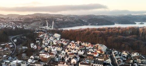 FRYKT: Aage Sletsjøe frykter for Bøkeksogen med en trasé og stasjon i dette området. Bergeløkka-tomta ligger bak den hvite blokka i bakkant av bebyggelsen.