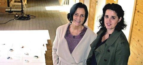I KUNSTNERENS VERKSTED: På loftet i Loggen kystkultursenter på Kaldnes har kunstneren Anne Trægde utviklet sitt bidrag til Haugar-utstillingen Munchs hus 2018. Her står hun (t.h.) sammen med utstillingens kurator, Tone Lyngstad Nyaas.