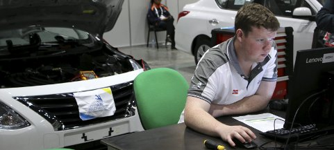 KONSENTRERT: Bilmekaniker Aleksander Severinsen (20) fra Strømmen har vært gjennom åtte oppgaver i VM i yrkesfag i Abu Dhabi. Foto: Worldskills Norway