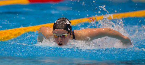 GOD DAG: Det ble to nye NM-medaljer på Eline Vik lørdag. Hun vant 100 medley, mens det ble sølv på 400 medley ett fattig hundredel fra gullet. I tillegg ble det sølv på stafett.