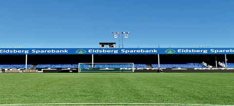 GODT SYNLIG: Eidsberg Sparebanks logo pryder familietribunen på Sarpsborg stadion.