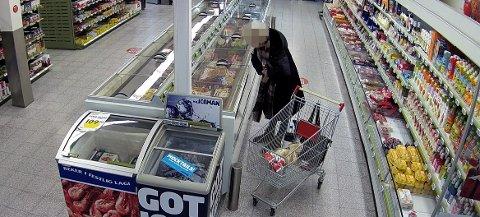 SPESIALJAKKE: Den eldre kvinnen hadde på seg en spesiallaget jakke der stjålne varer lett kunne skjules.