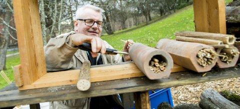 INSEKTEKSPERT: Entomolog Lars Ove Hansen viser hvordan man kan lage et hotell med rom for pollinerende insekter. Alle FOTO: Vegard Wivestad Grøtt