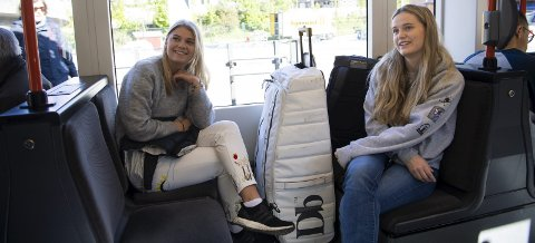 Med kofferten: Rikke Ruhs og Mia Aasen er fans. Med periodekortet kommer de seg gratis til Flesland, og turen er fin, synes de. FOTO: EMIL WEATHERHEAD BREISTEIN