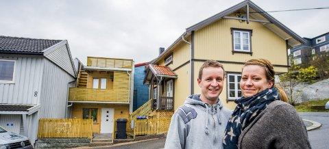 I ny drakt: Fredrik Lindberg, her med kona Ida Skofterud Lindberg, kjøpte Finn Hovs gate 6 i 2013. Etter over to år med rehabilitering er det tidligere falleferdige huset i en helt annen stand.