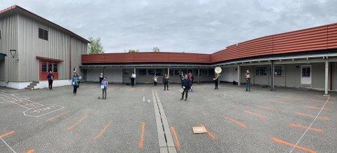 MUSIKK: Det er utrolig morsomt å få spille sammen igjen synes hovedkorpsmedlemmene. I skolegården er det god nok plass.