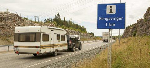 BOMTUR: En kilometer lenger fram på E16 er det mange turister som kjører av for å finne informasjon om Kongsvinger, men det eneste de finner der er kontrollstasjonen til Statens vegvesen.