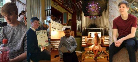 Fem organister på Ahrend-orgelet i Mariakirken.
