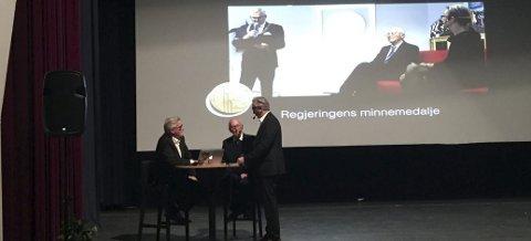 Odda kino: Alf Ellingsen (i midten) med Lage Thune Myrberget (t.v.) og Ove Aase. Ellingsen ble i 2015 tildelt regjeringens krigsminnemedalje.
