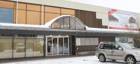HALVFULLT: Domusbygget i sentrum i Mosjøen skulle egentlig bli et kjøpesenter. Nå har eieren endret taktikk og satser på andre aktører i andreetasjen som til dags dato står tom. Foto;: Vegard Olsen