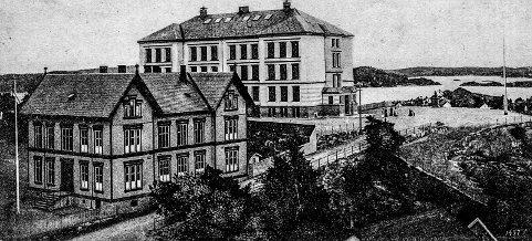 Skolene i Kragerø 1909: Da Folkeskolen sto ferdig i 1892, hadde Kragerø et unikt skolesenter. Øverst på Feierheia ruvet Folkeskolen med en unik utsikt over skjærgården. Bakenfor lå Middelskolen og et annen viktig bygg: Gymnastikksalen. De to sistnevnte byggene ble revet i 1978, for å gi plass til svømmehallen. Den store folkeskolen ble renovert og bygget om innvendig for noen år siden, men har beholdt sitt karakteristiske utseende. Bildet er fra et postkort som er stemplet 1909.