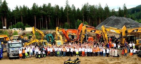 NORGES STØRSTE DUGNAD: ,Drøyt 400 unge og gamle deltok på det som kalles Norges største dugnad, som ble arrangert på Stevningsmogen i juni 2011. ALLE FOTO: OLE JOHN HOSTVEDT