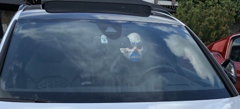 En maske skjuler kanskje ansiktet ditt. Men det er ikke sikkert dette er en smart måte å forsøke å lure politiet, likevel.