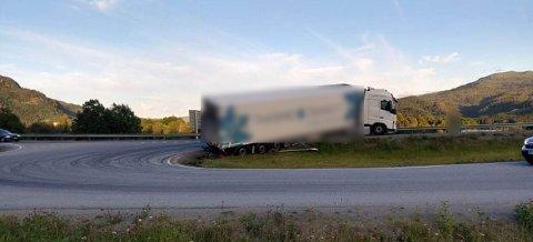 AV VEGEN: Et vogntog har kjørt av E6, og står nå i grøfta på Harran.