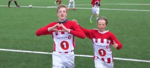 Slik feiret Esten Bøifot feirer 1-0-målet i finalen mot Ulfstind Hvit, mens Jostein Solstad (til høyre) blir med på feiringen.