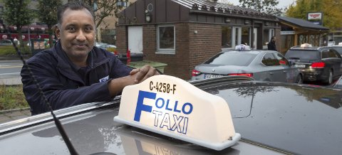 Fornøyd: Devendra Rameshwarsingh har kjørt drosje hos Follo taxi i to år. – Nå går det veldig bra. Vi kan ikke klage, mener han.