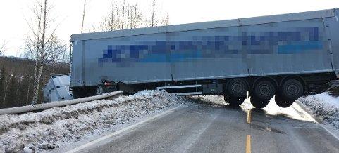 HELDIG: Sjåføren av dette vogntoget var heldig, mener politiet. Vedkommende kom fra ulykken uten alvorlige skader. (Foto: Østlendingen-tipser)