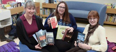 Anbefaler: Randi Landmark, Eva Karoline Strand og Gun Ingrid Aspelund med et knippe av bøkene de kan anbefale innbyggerne å lese i påskeferien.