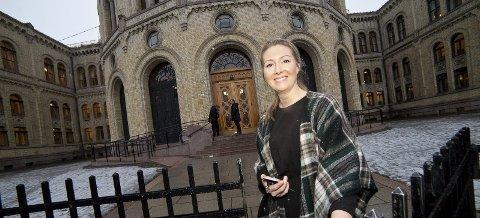 PÅ RETT PLASS: Else Marie Rødby (35) fra Hurum har gjort hobby til jobb, og har over ett år bak seg som rådgiver for Senterpartiet på Stortinget.Foto: Henning Jønholdt