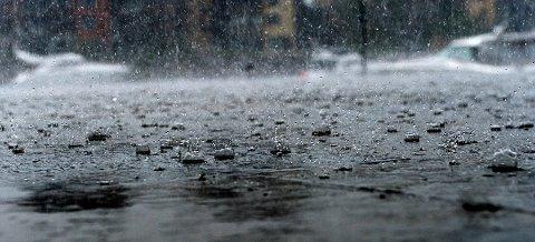 MYE REGN: Det kan til tider bli mye regn i dag. Det er også fare for en ny runde med lyn og torden.