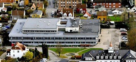 De videregående skolene i Viken fylkeskommune, som St. Olav videregående skole i Sarpsborg, vil også være stengt første uke etter påske - og opplegget med digital undervisning fortsetter. Det kunngjorde Viken fylkeskommune fredag. (Foto: Jarl M. Andersen)