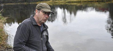 ALARM: Ole Henning Skogen sier vi er i ferd med å miste storørreten i vassdraget. Nå vil Notodden Jeger og Fiskerforening belønne de som setter ut igjen stor fisk.