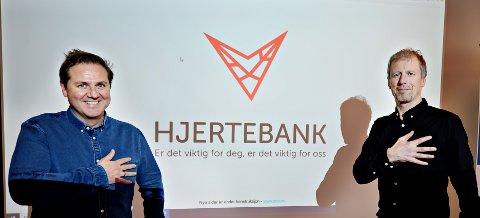 Even Gaarde-Landre (til venstre) og Hans Mellemsæther i Sparebank 1 Nordvest blar opp 2 millioner kroner til frivilligheten gjennom prosjektet Hjertebank.