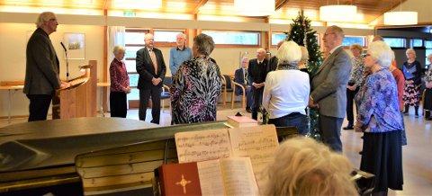 SANG JULESALMER: Den hyggelige festen ble avsluttet med gang rundt juletre og viste at de godt voksne deltagere kunne de gamle og kjente julesalmer.