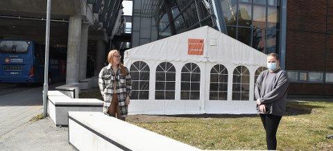 VENTE-PÅ-SVAR-TELT: Sissel Staven Humstad (t.v.) og Hanna Robertson Reberg foran teltet som skal huse de som har tatt koronatest ved ankomst fra utlandet, mens de venter på svar.