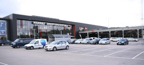 FOLKETOMT: Dette bildet ble tatt da det fortsatt var kunder på Nordby. Nå er det knapt en kunde å se.