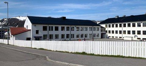 En av landets 1250 tyfoner står på taket på Honningsvåg skole. I dag skal de testes.