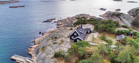 Eiendommen til 35 millioner kroner har eventyrlig  utsikt utover i fjorden. Her er det både  stor hovedhytte, gjestehytte og eget båthavnanlegg.