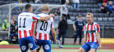 KVIK-JUBEL: Filip Westgaard og Kvik Halden kunne juble etter nok en trepoenger. Når alle lagene har spilt 16 kamper, er de på tredjeplass, bare ett poeng bak FFK og