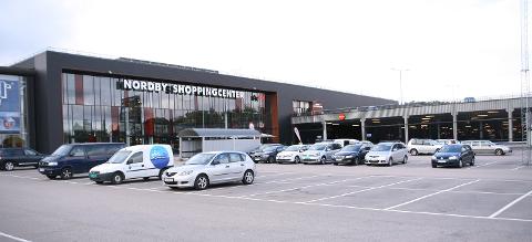 NORDBY: I dag er det stille og rolig på parkeringsplassen utenfor Nordby Shoppingcenter. Bildet er tatt ved en tidligere anledning.