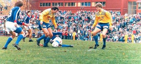 Arne Martin Tøftum krummer nakken i semifinalen mot Vålerenga. Ulf Tore Johansen følger spent med.