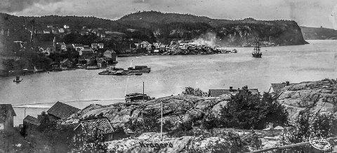 Stilnestangen sett fra Øya: Dette bildet er tatt mellom 1910 og 1915. På Stilnestangen sees en sky av støv og røyk fra karbidfabrikken som ble satt i drift i 1908. På Bærøfjorden ligger en seilskute for anker. Under 1. verdenskrig (1914–1918) ble en hel rekke av seilskutene som tilhørte Kragerø senket. På grunn av alle skutene som ble senket, ble krigen den endelige slutten på seilskutetiden.