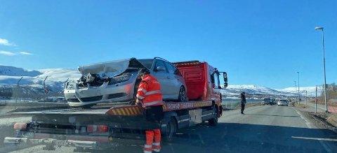 TRAFIKKUHELL: De materielle skadene var store etter et trafikkuhell på Ringvegen mandag ettermiddag. Foto: Silje Løvstad Thjømøe