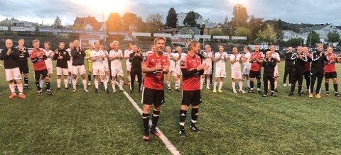 TAKKET PUBLIKUM: Med Vidar Kvernvold og Geir Langedrag i spissen takket spillerne publikum for frammøtet under Kreftkampen på Gjøvik stadion.