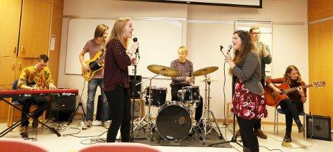 FENGENDE: Elevene  hadde både sang og musikk å by på.