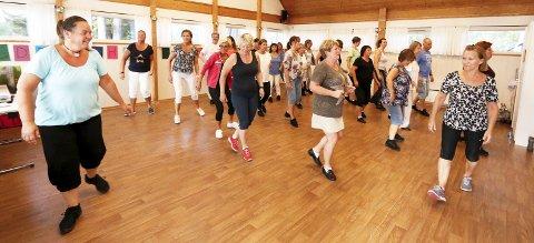 GOD START: Instruktør Mona Gunneriussen hadde mange lærevillige dansere på plass på første trening etter sommerferien i 2016 da vi besøkte Buckaroo Linedancers.