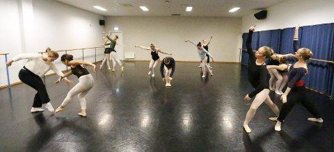 Tredjeklassingene på danselinja i sving med forberedelsene til årets forestilling for 1., 2. og 3. trinn i Kolben 3. og 4. mai 2017. Det er også en markering av 15-årsjubileet for danselinja. Lærerne som har vært med på å bygge opp danselinja har også vært med i en årrekke.